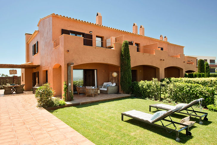 Яркий фасад и спокойный интерьер: дом на испанском побережье