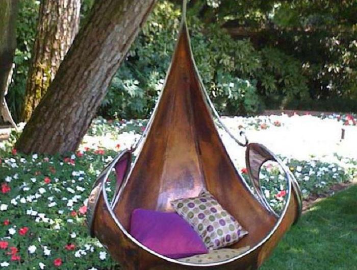 Шикарное кресло, которое разместилось в центре сада, самое лучшее место для отдыха.