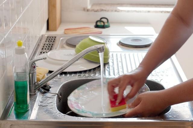Готовим безопасное домашнее средство для мытья посуды