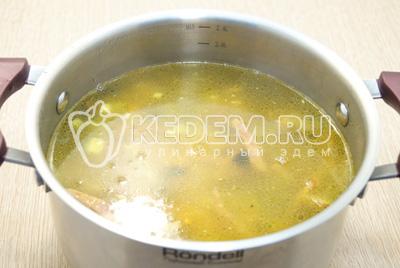 Добавить содержимое сковороды в кастрюлю и варить еще 10-12 минут, на среднем огне.