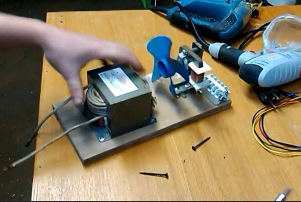 Когда нет лазерного резака для фанеры - зато есть старая микроволновка... или ну очень простой резак