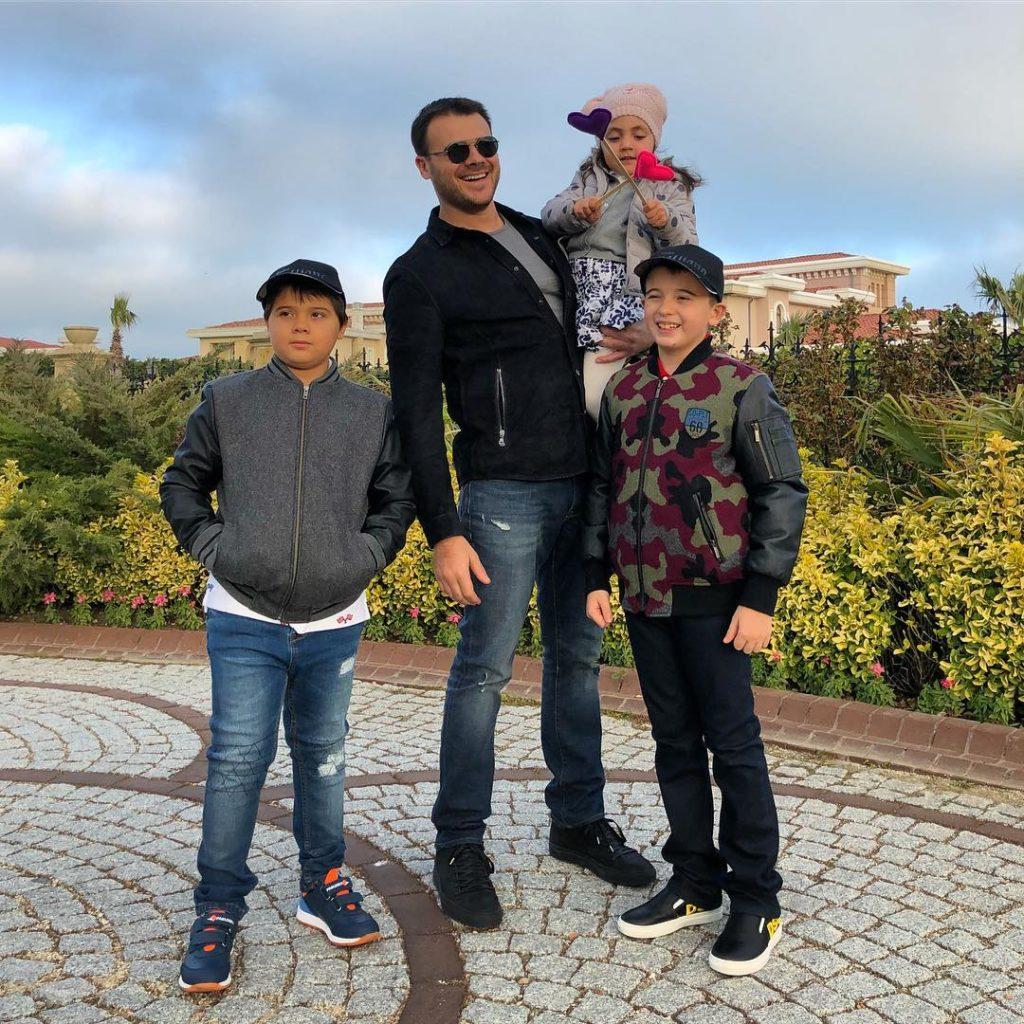 Настоящий мужчина: Эмин Агаларов вновь воссоединился с бывшей женой ради приемной дочери