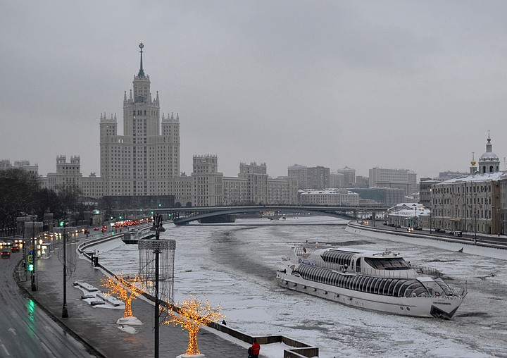 В центре города из Москвы-реки выловили тело молодой женщины без верхней одежды