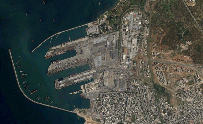 Секретный военный груз РФ прибыл в Сирию: Корабль-гигант разгрузился под дымовой завесой (ФОТО)