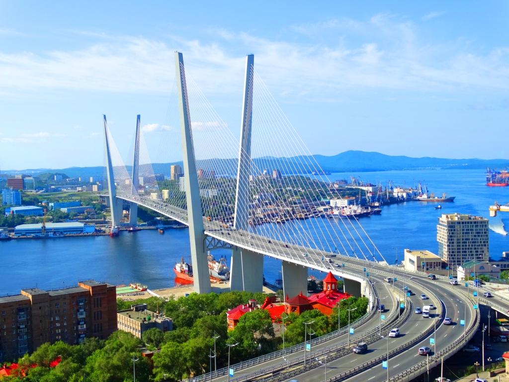 Жители Владивостока прикинулись автобусом и пытались «проехать» по Золотому мосту. Он закрыт для пешеходов