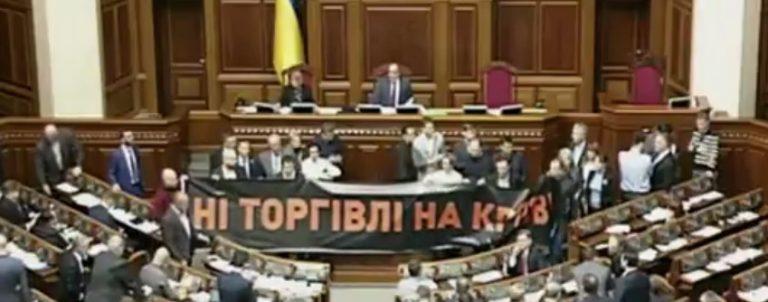 К боевикам, заблокировавшим Донбасс, присоединяется целая депутатская фракция