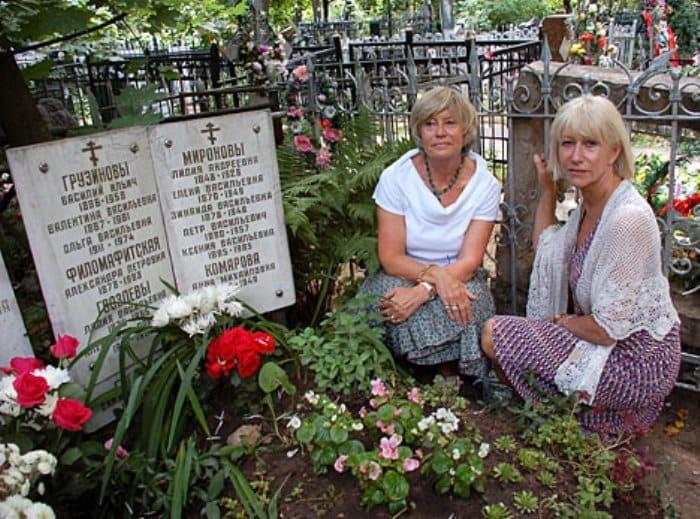 Хелен Миррен с сестрой на могиле деда в Москве | Фото: dailymail.co.uk