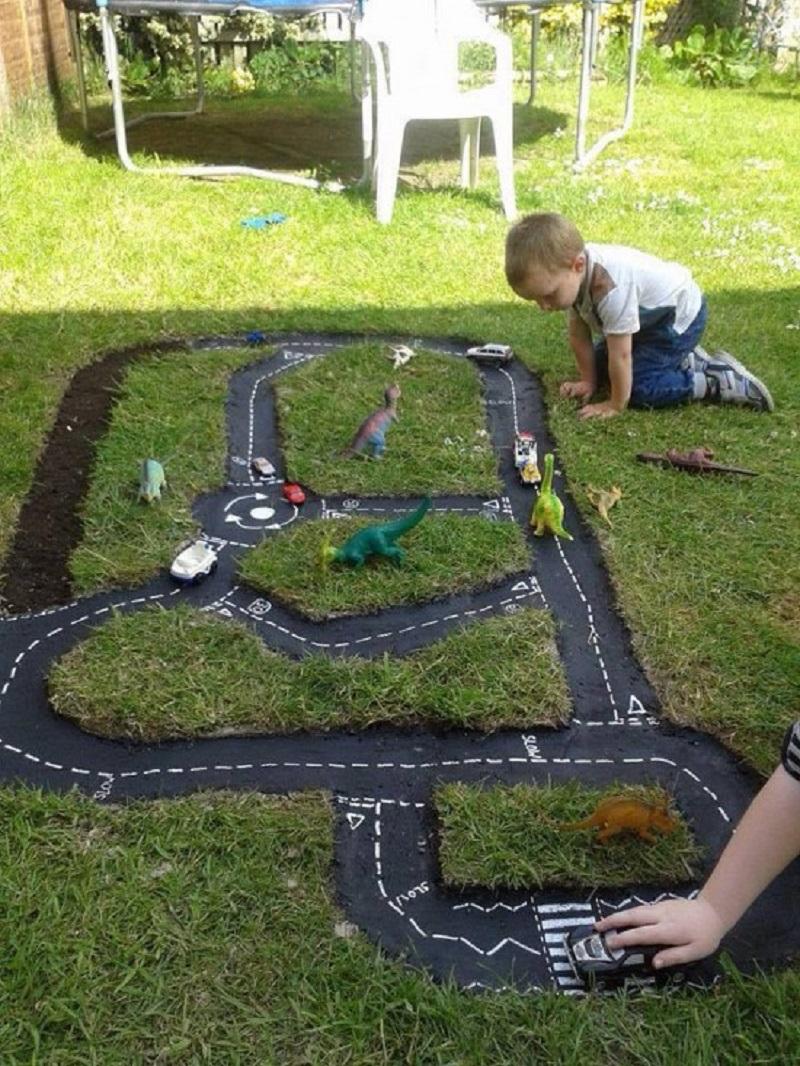 Мужчина сделал в саду необычное углубление… Теперь семья проводит всё свободное время на улице!