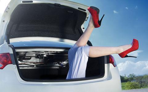 Девушка каталась в багажнике машины и сломала обе ноги