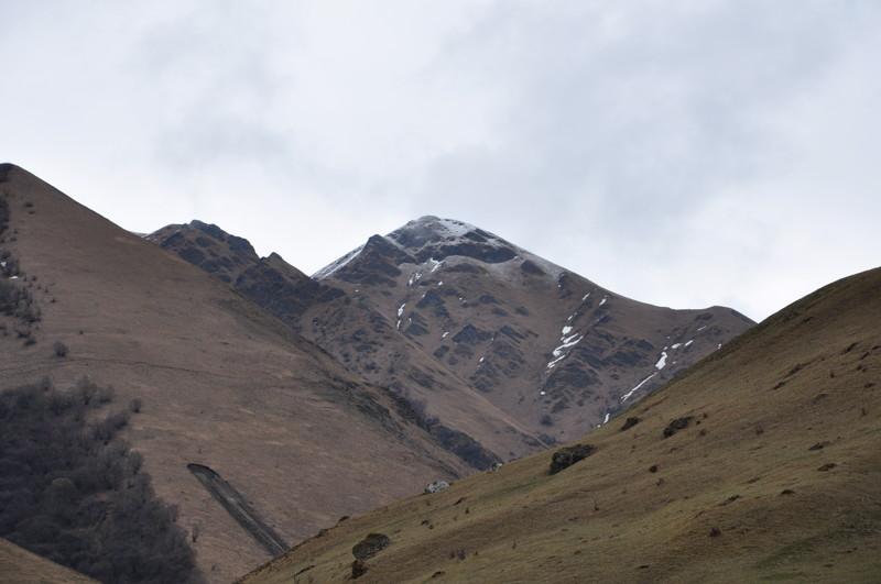 Первый день осваивались и осматривались на месте, пытаясь забраться куда нибудь повыше, но ноги с непривычки нести не хотят... 4х4, КЧР, внедорожие, горы, карачаево-черкесия