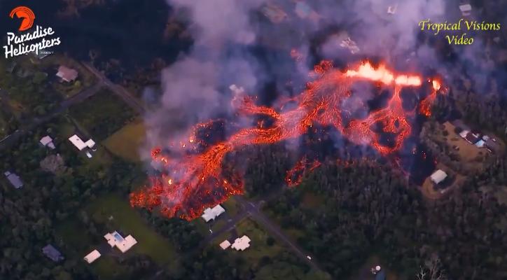 Раскаленная лава извергающегося вулкана уничтожила на Гавайях 30 домов