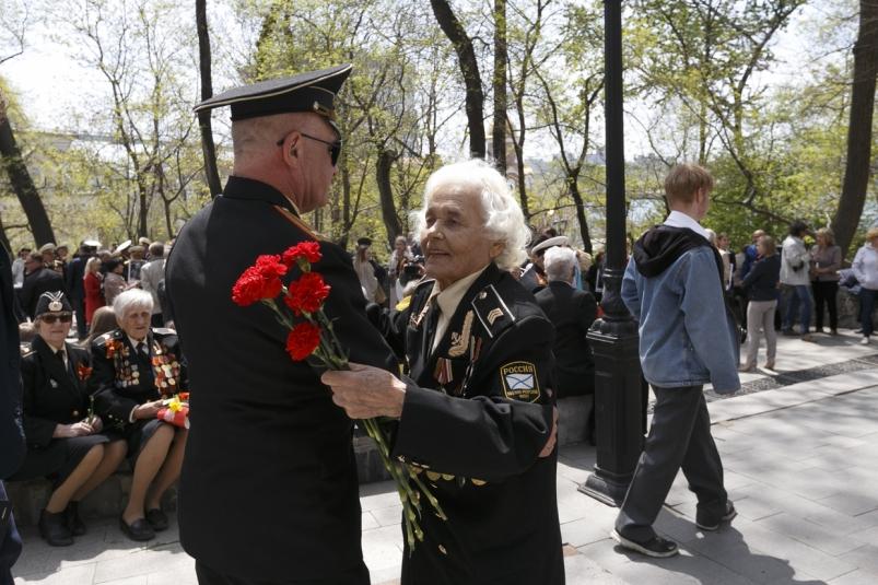 Майский вальс: жителей Владивостока тронул танец двух ветеранов