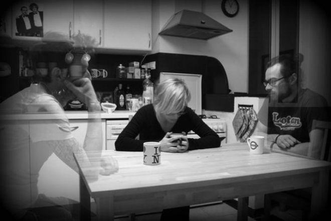 Женщины с невидимыми друзьями за столом