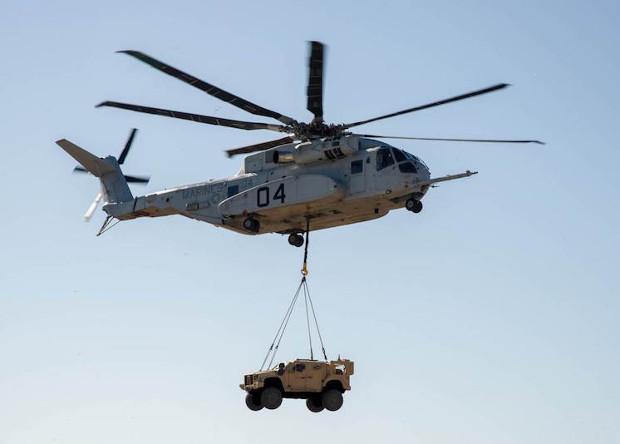 Крупнейший американский вертолет впервые перевез бронемашину