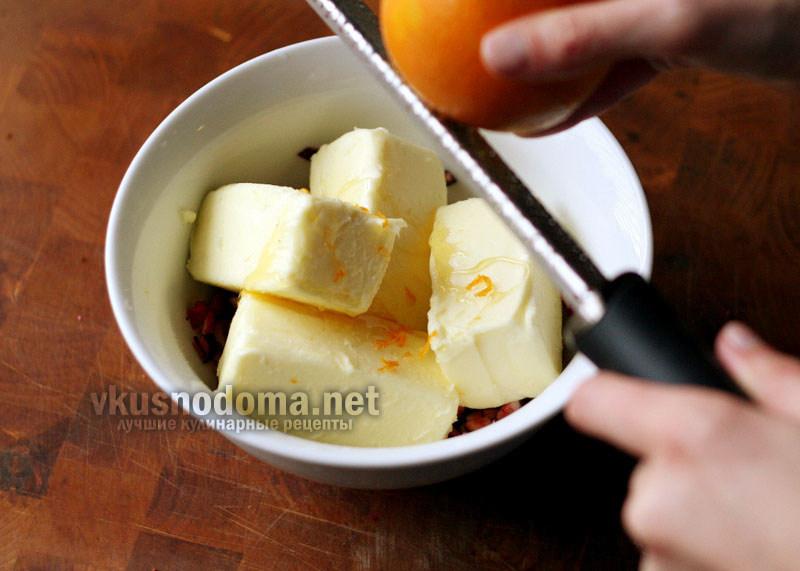Специальным ножом снимите с апельсина цедру. Если у вас нет ножа для цедры, то можно использовать терку.