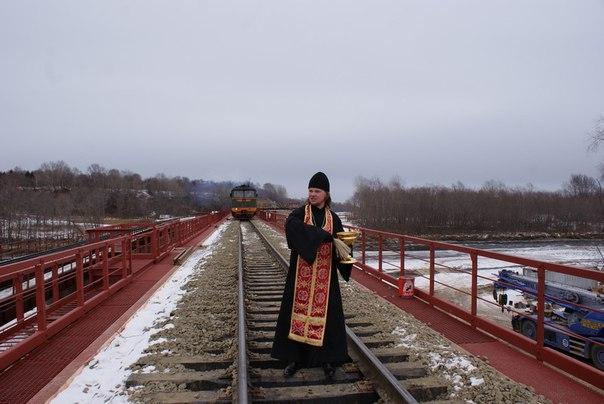 Поезд соскакивает с рельс и …