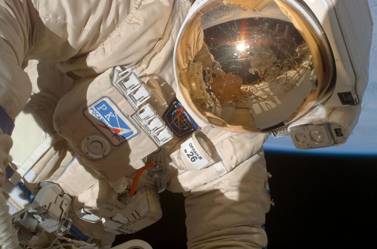 Космонавты Кононенко и Прокопьев исследовали отверстие в корпусе «Союза МС-09»