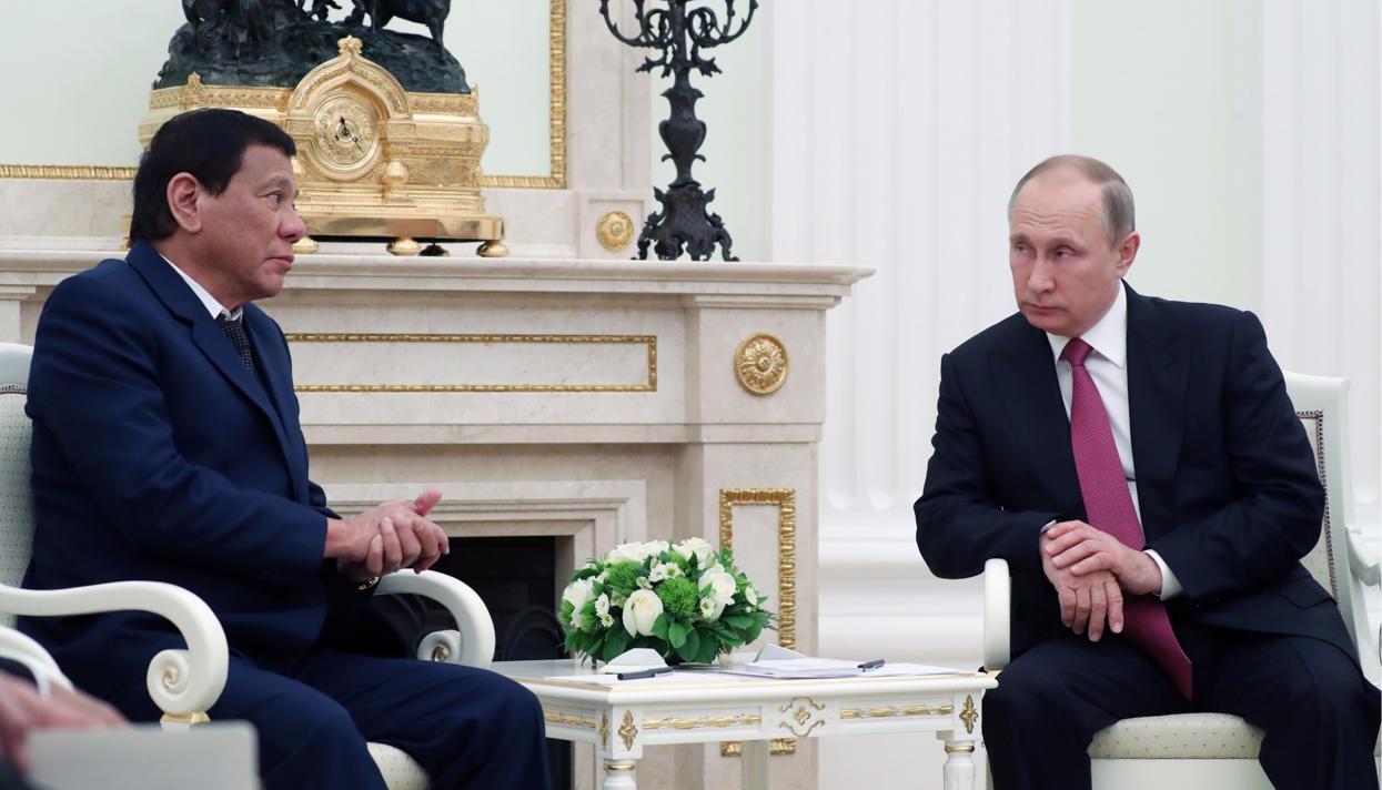 Президент Филиппин Родриго Дутерте прилетел в Москву, но быстро улетел обратно. Он успел попросить Путина начать поставки оружия