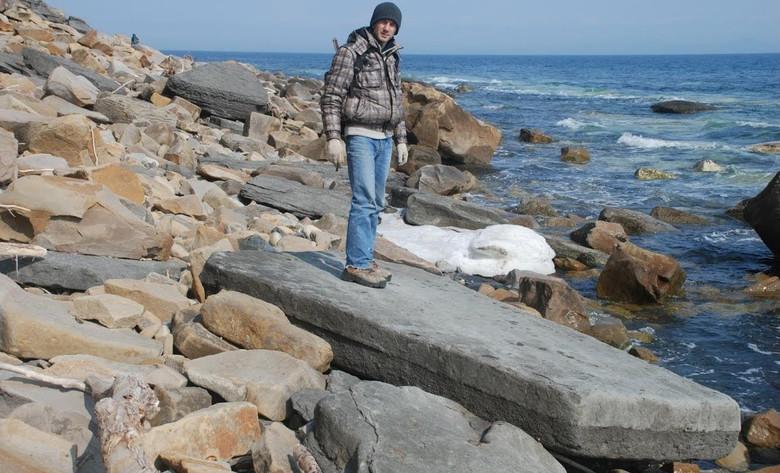 Необычная находка: Древняя каменная плита с металлическими вкраплениями на берегу острова Русский