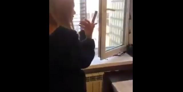 девушка запустила фейерверк в окно