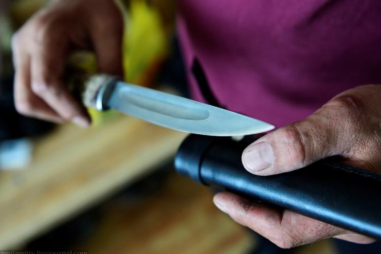 Якутский нож Без традиционного якутского ножа – быхаха, конструкция которого не менялась на протяжении многих веков, не обходится ни одна сфера хозяйственной деятельности народа саха. Его форма идеальна для долгой кропотливой работы, позволяя выполнять ее с минимальными затратами энергии. Профиль клинка асимметричен. Заточке подвергается чуть выпуклая левая (если держать рукоятью к себе) сторона клинка, в отличие от других ножей с несимметричным профилем, у которых, как правило, заточка производится на правой стороне. Этому есть логичное объяснение: выпуклость на клинке облегчает обработку древесины, упрощается резка мяса и рыбы (в том числе мороженой), снятие шкур с животных.