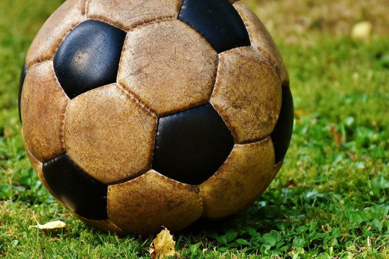 Знаете почему футбольный мяч…