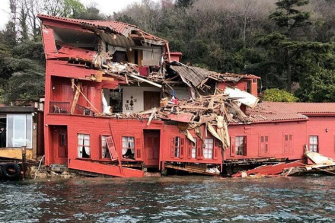 Взбесившийся танкер таранит берега Стамбула