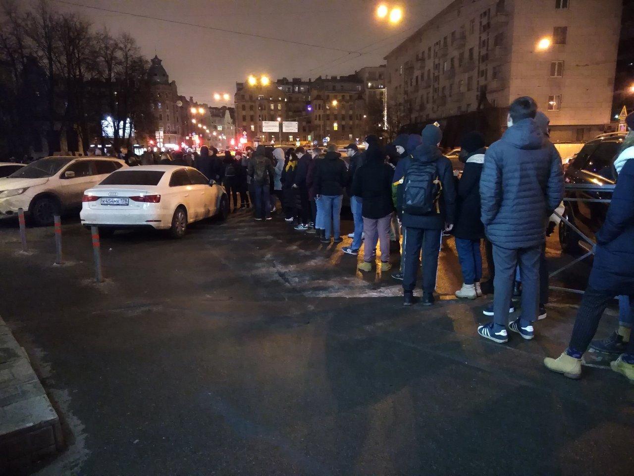 Возле клуба, где пройдет концерт Хаски в Петербурге, собралась очередь