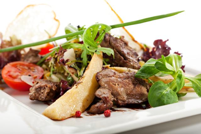 Груша придаст салату яркие вкусовые нотки и порадует даже самых взыскательных гурманов