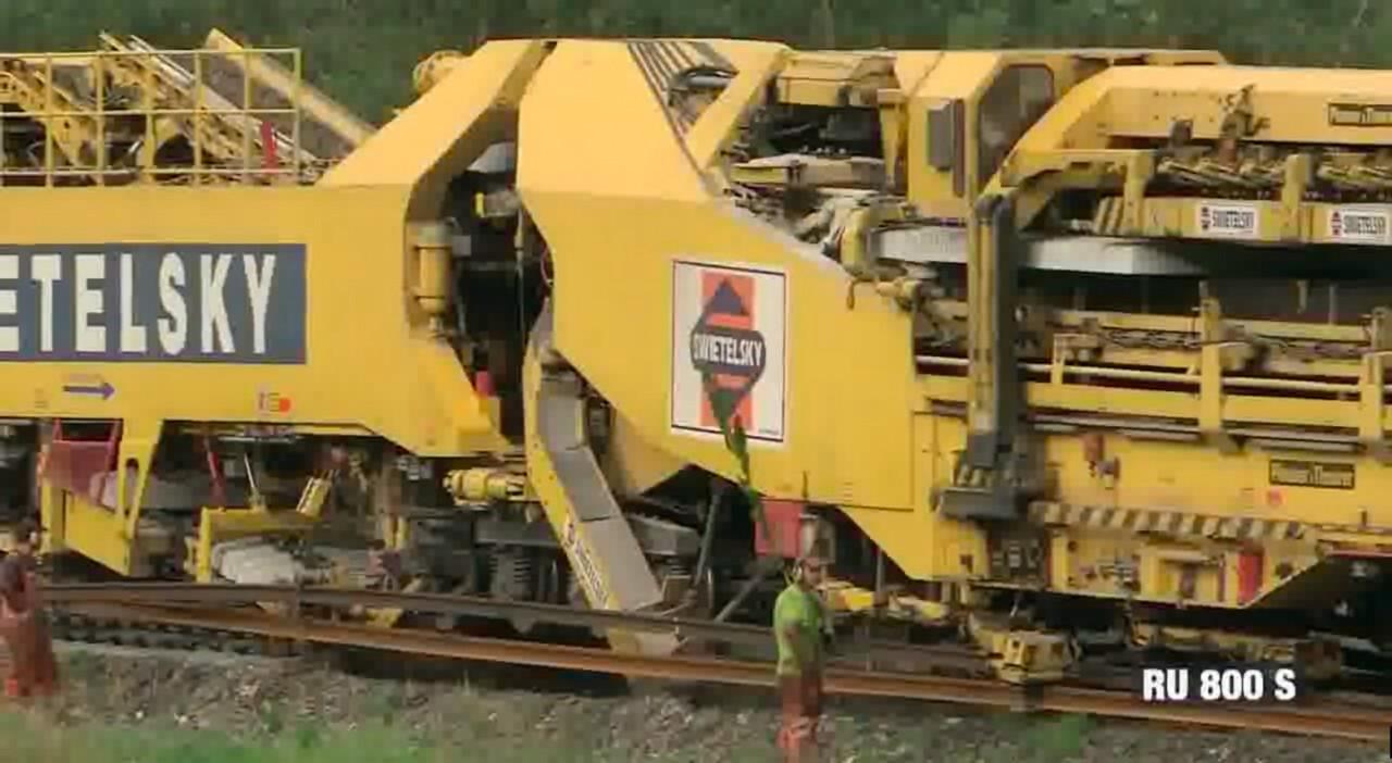 Супермашина по перекладке железнодорожных путей