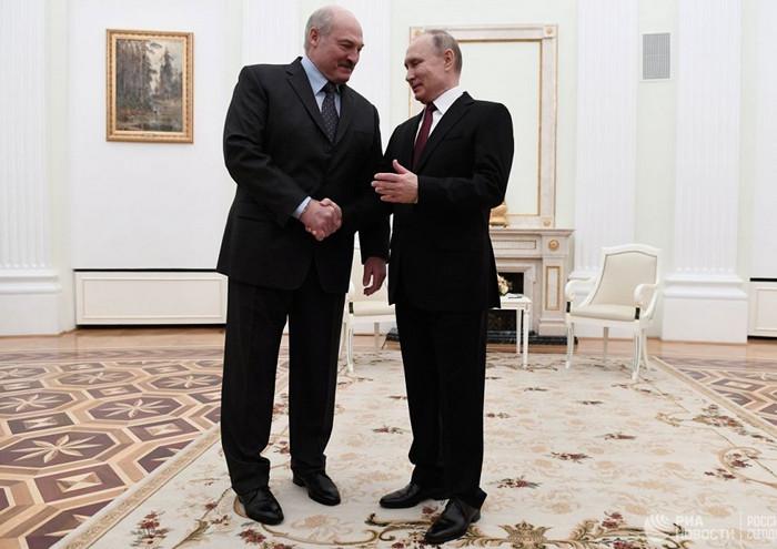Лукашенко подарил Путину мешки с картошкой