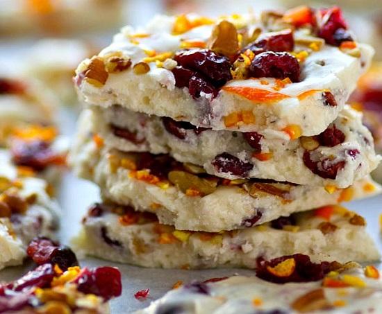 Белый шоколад с клюквой и орехами – оригинальный десерт за 5 минут