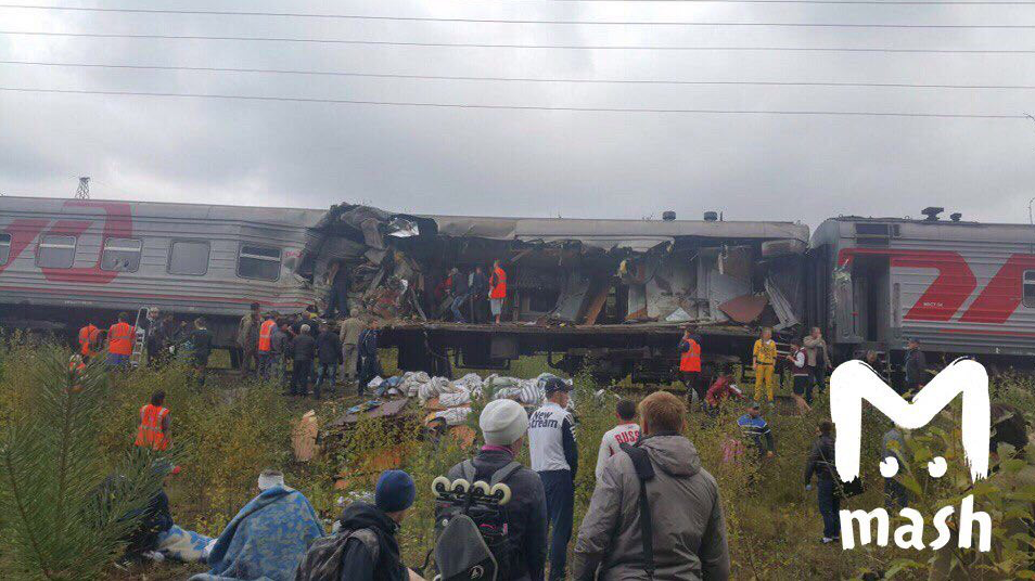 Грузовик буквально разорвал вагон поезда в Югре — фото