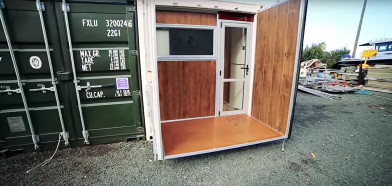 Этот мужчина живет в контейнере площадью 15 м². Заглянув вовнутрь, ты не поверишь глазам...