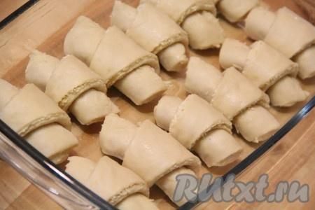 Выложить получившиеся круассаны, не плотно друг к другу, в форму, смазанную сливочным или растительным маслом, и оставить на 30 минут для расстойки в тепле.