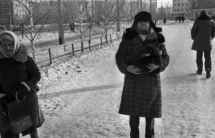 Мужчина несёт в ветеринарную клинику больного питомца. СССР, Новокузнецк, 1980-е годы.