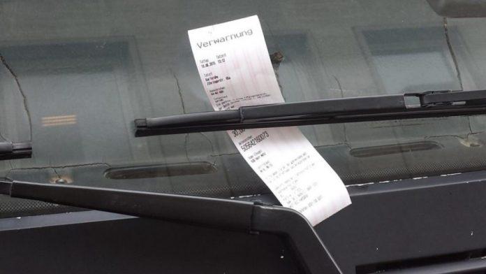 Мужчина встретил полицейского, когда он выписывал штраф за парковку в неположенном месте.