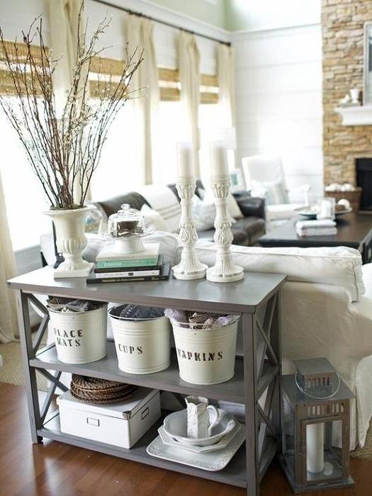 Вариант оформления комнаты с необычным сочетанием такого стола и светлой мебели - выглядит очень красиво.