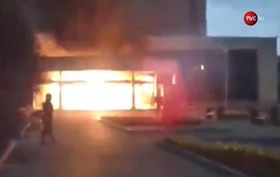 В Екатеринбурге автомобиль протаранил кинотеатр и загорелся. Видео