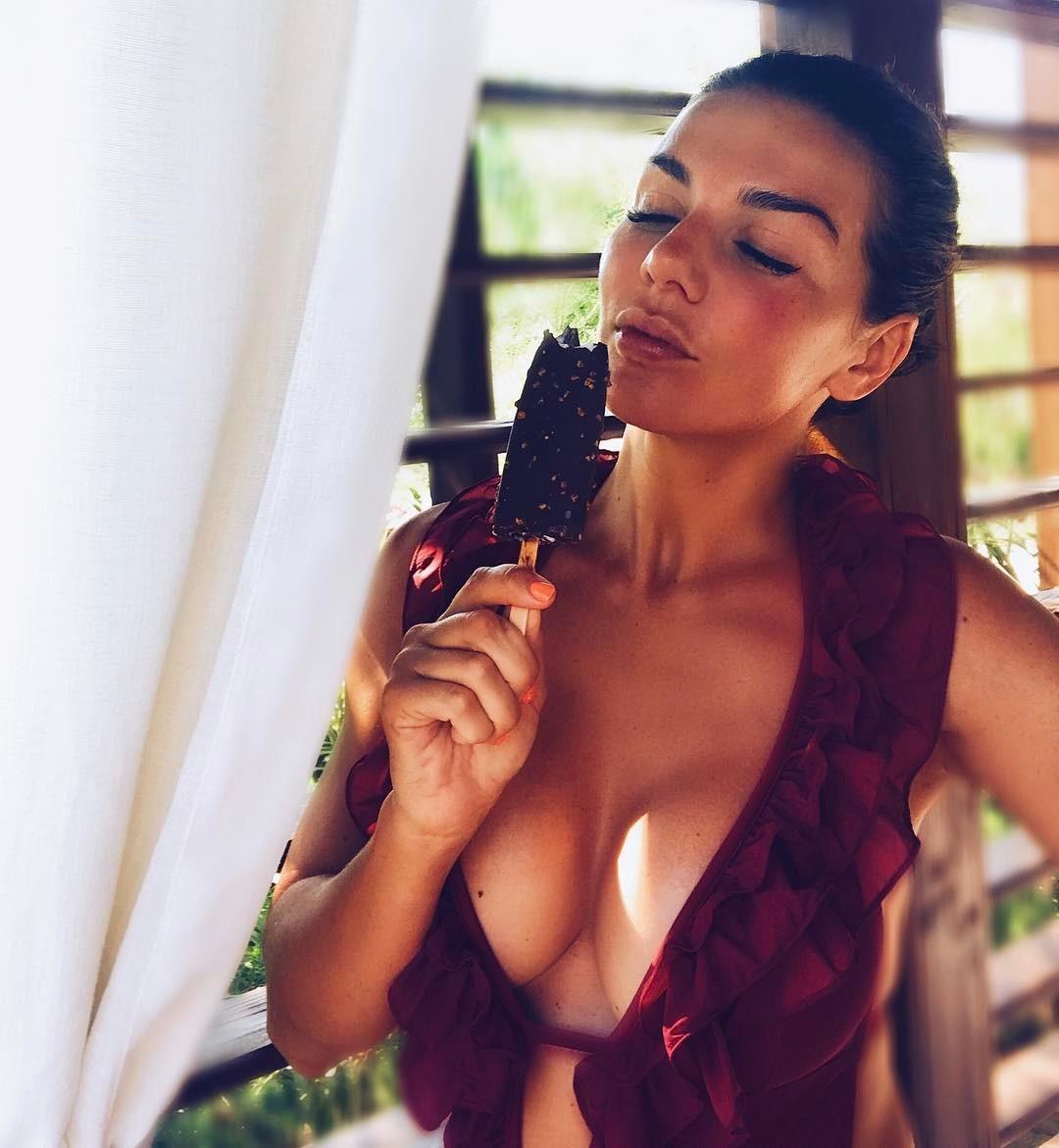Картинки по запросу Поклонники набросились на голую грудь Седоковой