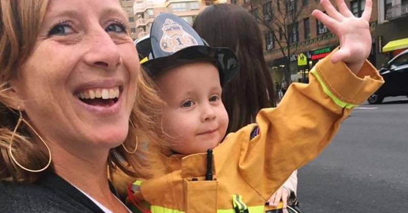 Трехлетний малыш залез на незнакомого мужчину и крепко его обнял! А дальше… Вы будете поражены!