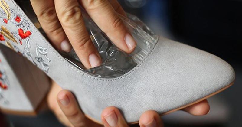Этим нехитрым трюком можно растянуть любую новую обувь