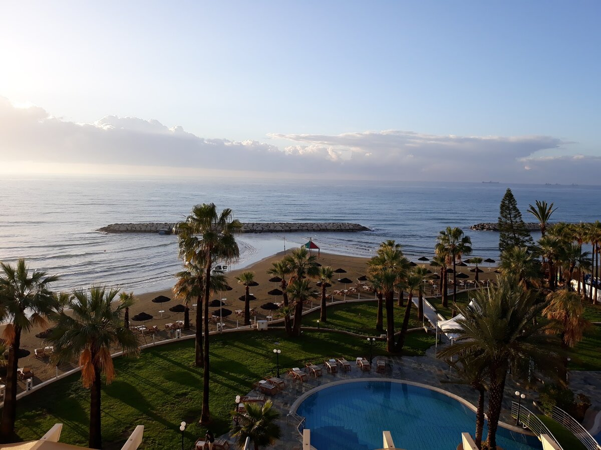 Вид на море рано утром с балкона отеля Golden Beach в г. Ларнака. Все фото автора.