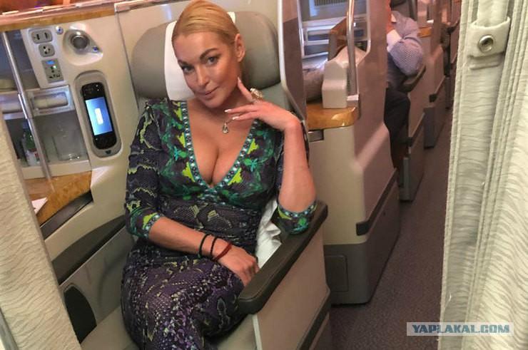 Слабонервным не смотреть: Анастасия Волочкова сделала шпагат на яхте в Дубае
