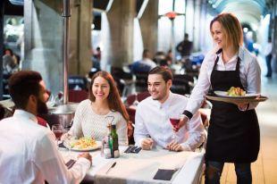 Обсчитают и нахамят? 8 популярных мифов о ресторанах