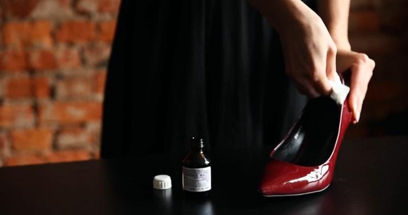 натирать туфли касторовым маслом