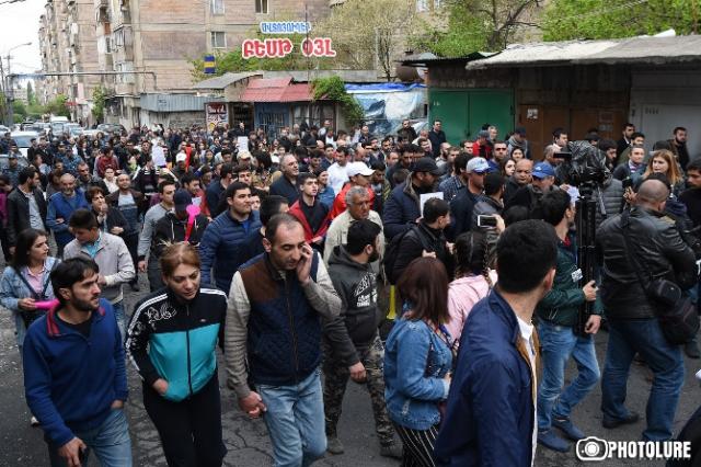 Ситуация в Ереване постепенно выходит из-под контроля полиции