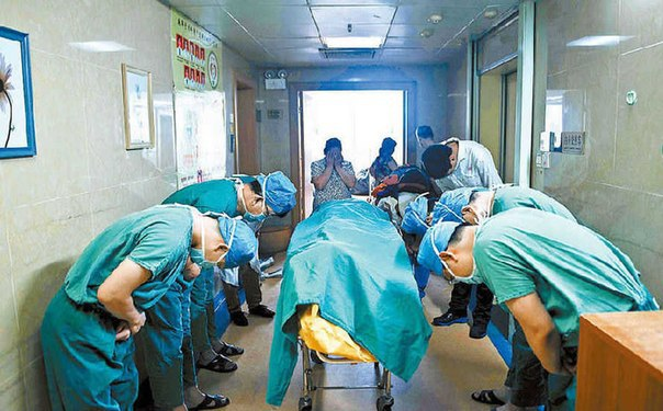 Китайские врачи склонились из уважения к умирающему ребенку