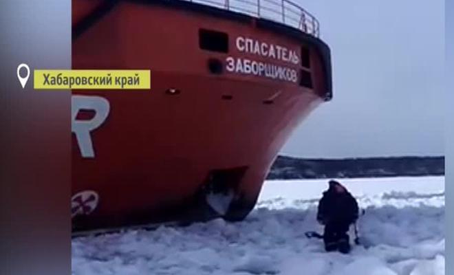 Ледокол против рыбака: русский мужик не уступит свое место никому