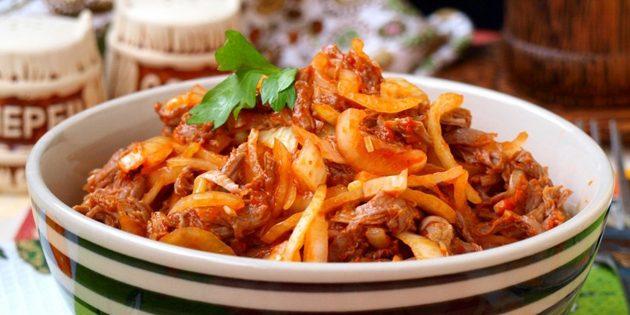 Салат с говядиной и маринованными огурцами